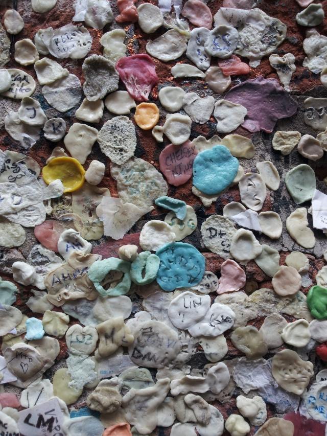 Julias Haus - Kaugummis an der Wand stehen für ewige Liebe