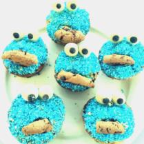 Krümelmonster-Muffins mit blauen Kokosraspeln und Marzipanaugen