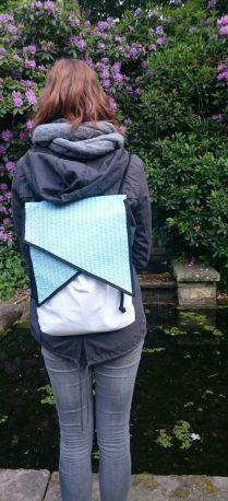 Geometrischer Rucksack getragen