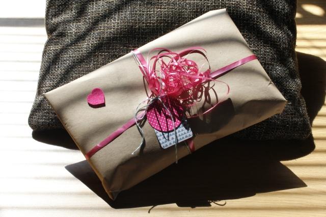Geschenkverpackung mit Paketpapier