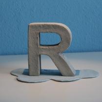 Buchstabe R aus Beton